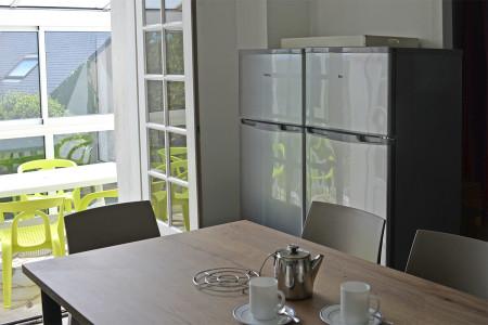 2 grands réfrigérateurs/congélateurs dans la cuisine