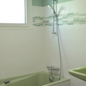 Salle de bain avec baignoire au RDC