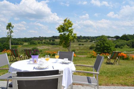 Repas en terrasse face à la nature